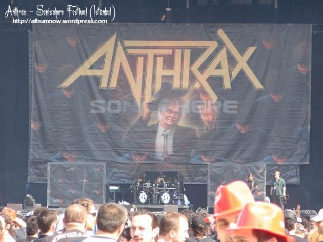 آماده سازی استیج برای اجرای گروه anthrax